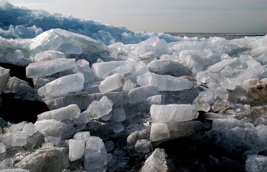 Als ijs een grote spanning heeft schuift het over elkaar heen.