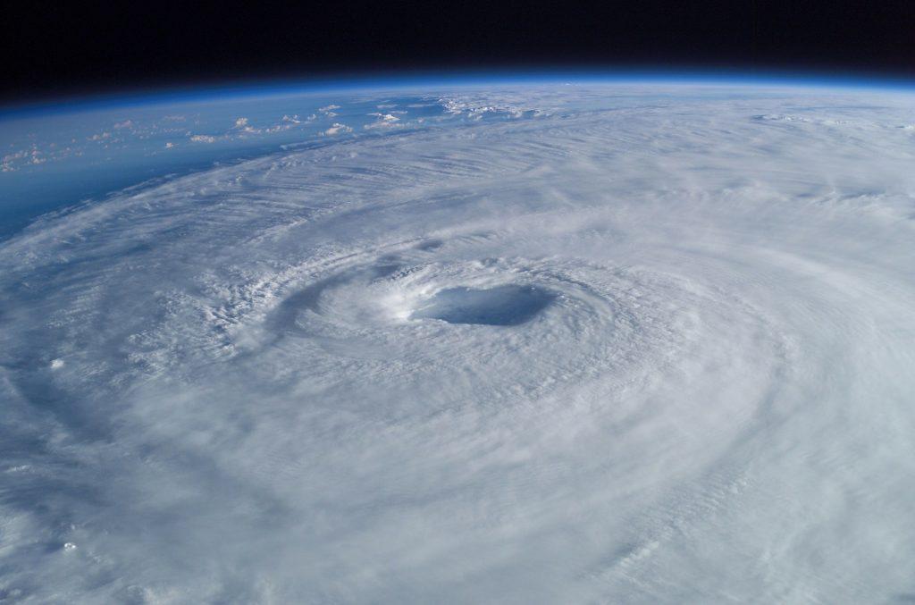 Alles draait om het oog van de storm naar boven.